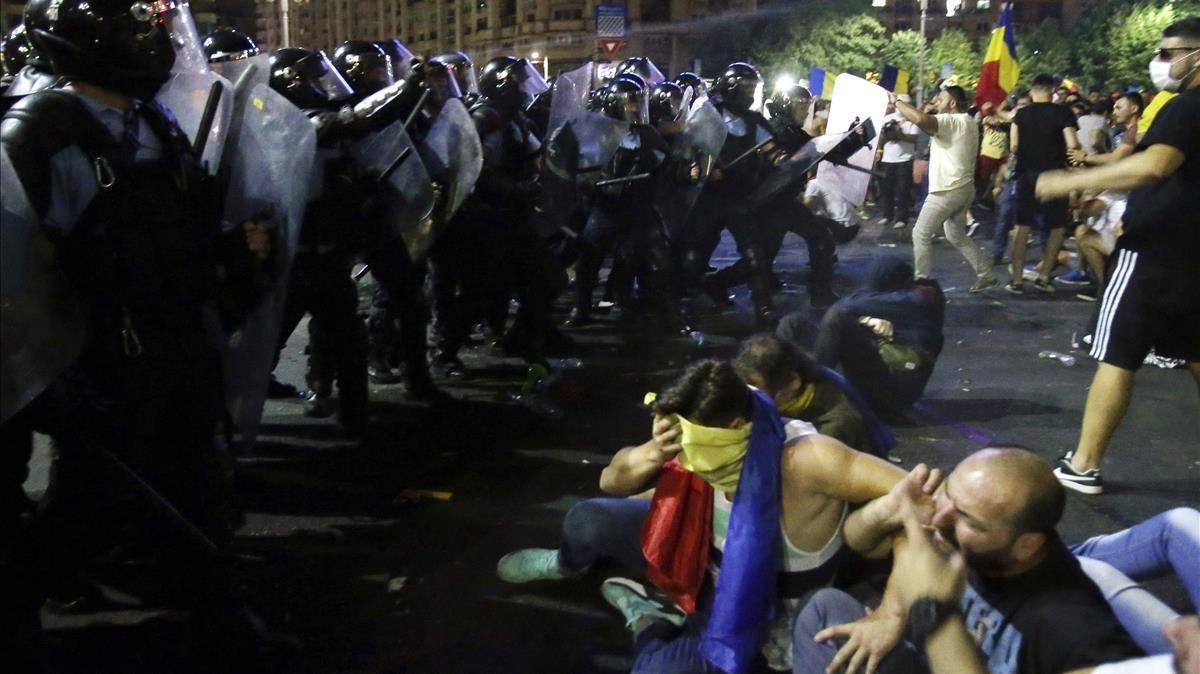 Choques entre la policía y manifestantes en Bucarest el viernes.