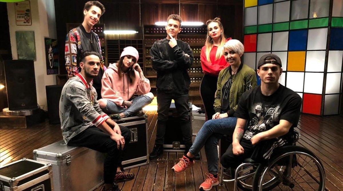 El rapero Arkano (centro), rodeado de los seis chicos y chicas que protagonizan el programa 'Proyecto Arkano', en TVE-1.