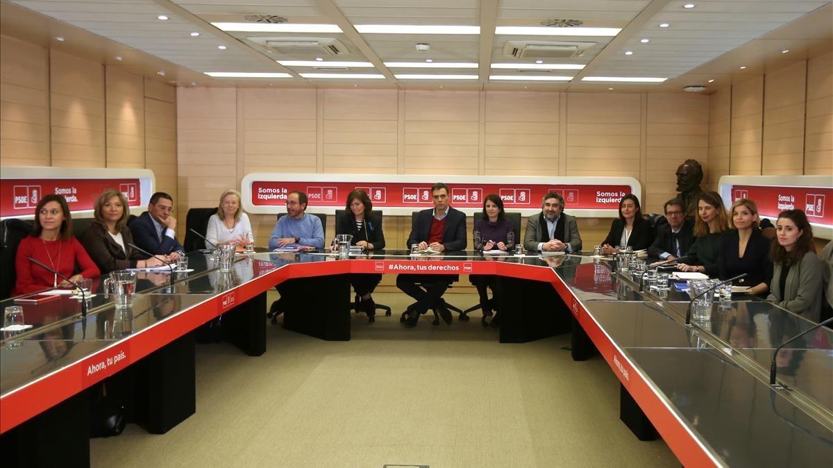Pedro Sánchez en una reunión con investigadores y expertos universitarios para analizar los cambios a acometer en la Constitución.