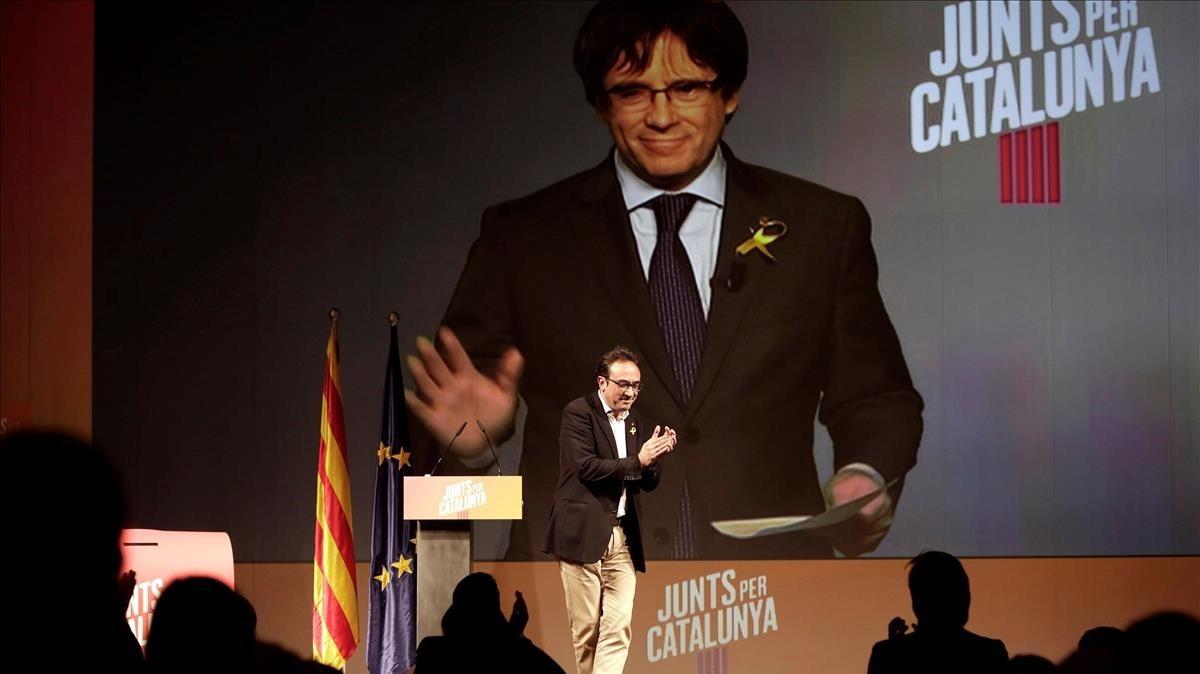Puigdemont interviene por videoconferencia en el acto de este domingo de JxCat en Mollerussa.