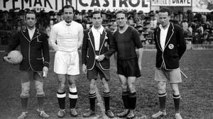 Quincoces y Pedrol, capitanes del Madrid y el Barça, y los árbitros, antes del partido que se jugó en Chamartín el 22 de marzo de 1936.