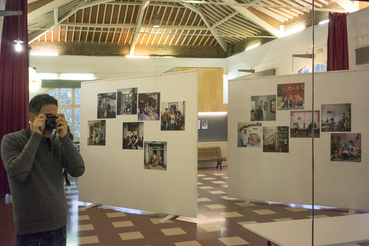 AlexLlovet fotografía su propia exposición en el centro cívico L'Elèctric.