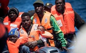 un grupo de refugiados espera ser rescatado por el barco alemán Sea Watch 3 frente a las costas de la isla de Lampedusa.