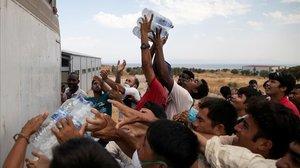 Refugiados del destrozado campo de Moria.