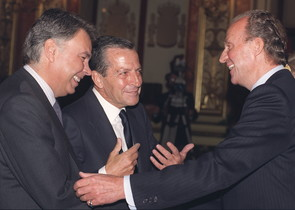 El rey Juan Carlos conversa sonriente con los expresidentes del Gobierno, Adolfo Suárez y Felipe González, durante la sesión de apertura de la VI Legislatura en el Congreso de los Diputados, en 1996.