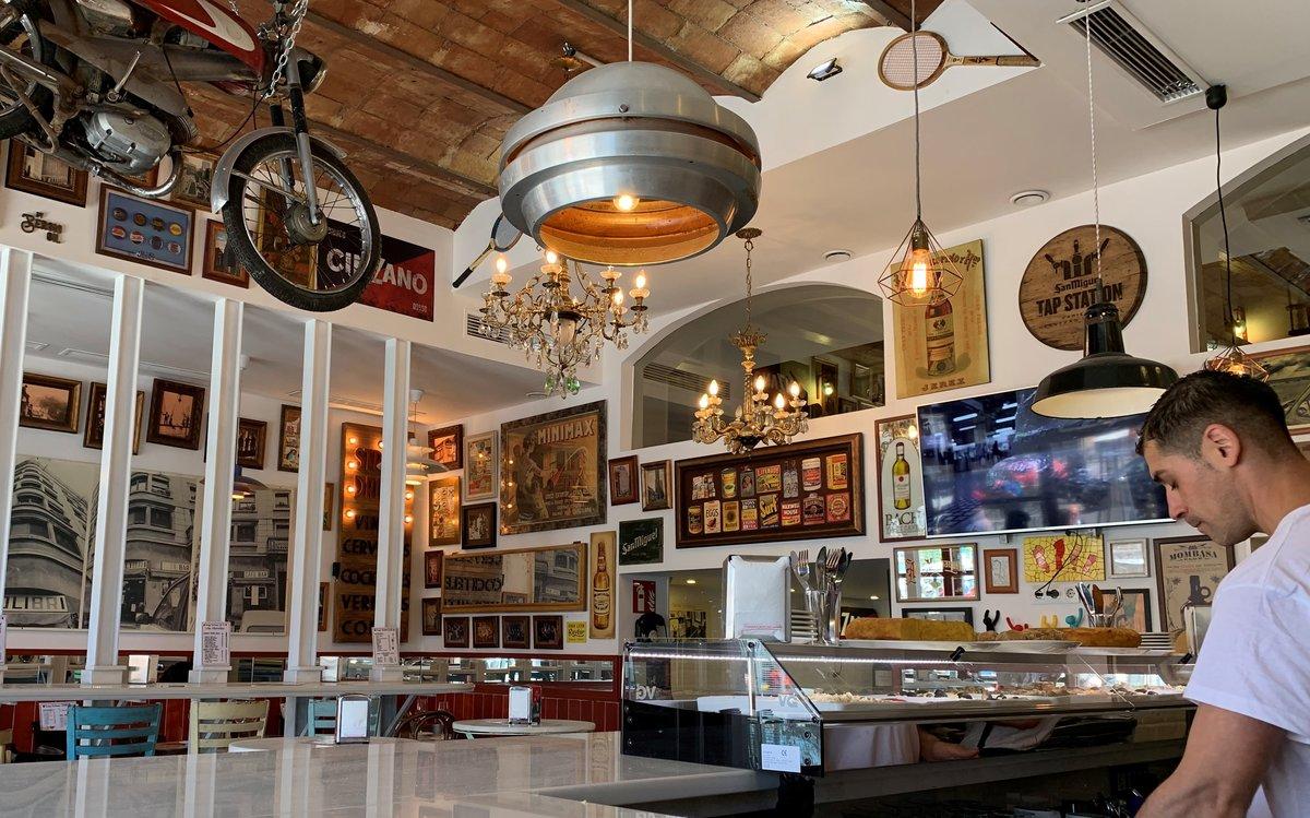 En la sala 'retromoderna'de Colibrí, destaca una moto colgando del techo.