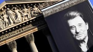 Un retrato gigante de Hallyday, en la iglesia de La Madeleine, en París.