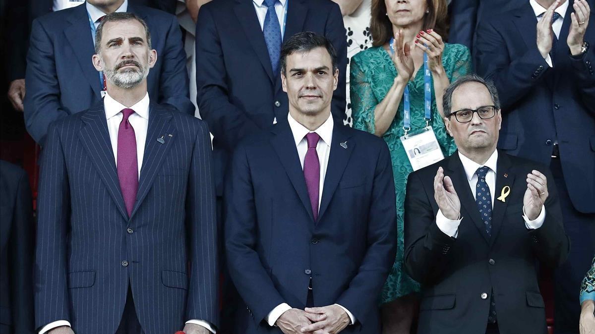 El rey Felip VI, Pedro Sánchez y Quim Torra, durante la inauguración de los Juegos Mediterráneos