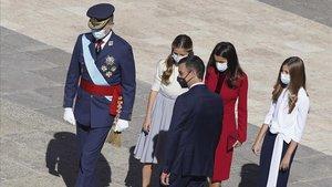 El rey Felipe VI, la reina Letizia y sus hijas, la princesa Leonor y la infanta Sofía, saludan al presidente del Gobierno, Pedro Sánchez, a su llegada a la celebración de este 12-O en la plaza de la Armería del Palacio Real de Madrid.