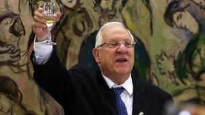 Rivlin alza su copa en un brindis durante el discurso tras ser elegido en la Knesset.