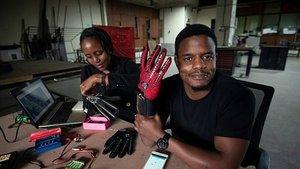 Roy Allela, con el guante que ha diseñado para traducir al habla la lengua de signos.
