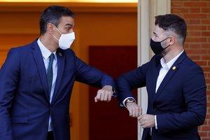El presidente, Pedro Sánchez, recibe en la Moncloa al portavoz de ERC en el Congreso, Gabriel Rufián, este 3 de septiembre.