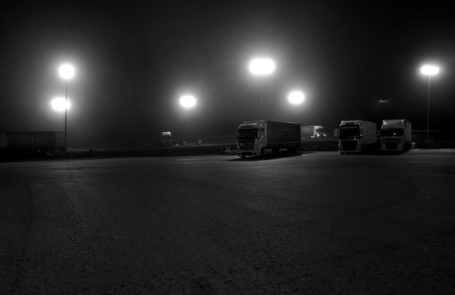 Los camiones cruzan de noche en solitario la España perimetrada por culpa del covid.