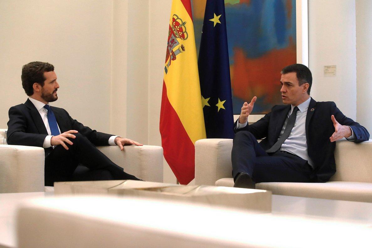 GRAF1697. MADRID, 17/02/2020.- El presidente del Gobierno, Pedro Sánchez (d), recibe al líder del Partido Popular (PP), Pablo Casado (i), en el Palacio de la Moncloa en su primera reunión de este año con muchas cuestiones sobre la mesa, como el conflicto catalán, la renovación del Consejo General del Poder Judicial (CGPJ) y la economía, entre otras. EFE/ Juan Carlos Hidalgo
