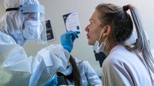 Sanitario practicando una prueba PCR.