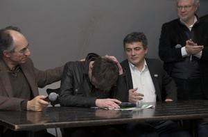 El nuevo redactor jefe de Charlie Hebdo, Gerard Biard, rompe a llorar durante la rueda de prensa.
