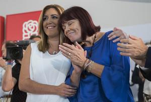 La secretaria general del PSOE andaluz, Susana Díaz, se abraza a la presidenta del partido, Micaela Navarro, una de las dimisionarias, este jueves por la tarde, en la reunión del comité director, en Sevilla.