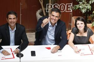 El secretario general del PSOE, Pedro Sánchez (centro), este martes, en Alcalá de Henares.