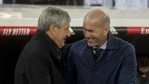 Setién saluda a Zidane al inicio del partido.