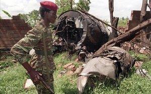 Un soldado del Frente Patriótico de Ruanda hace guardia en el lugar del accidente aéreo en el que falleció el presidente ruandés, Juvenal Habyarimana, en la localidad de Kigali, en 1994.