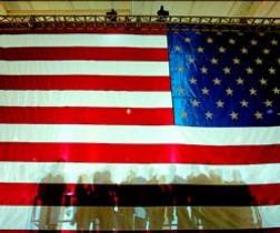 Sombras de los partidarios de McCain se proyectan sobre una bandera de EEUU en un mitin en Orlando.