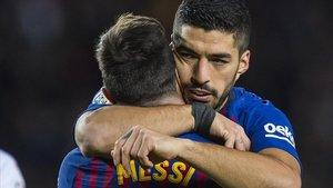Suarez y Messi se abrazan tras anotar el argentino su gol 400 en la Liga, este sábado.