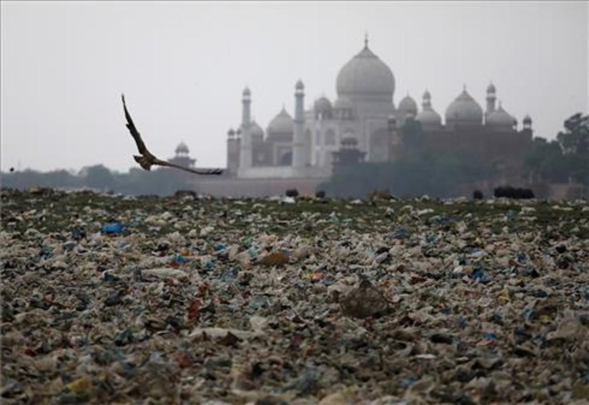 Basura cerca del Taj Mahal, cada vez más afectado por la contaminación.
