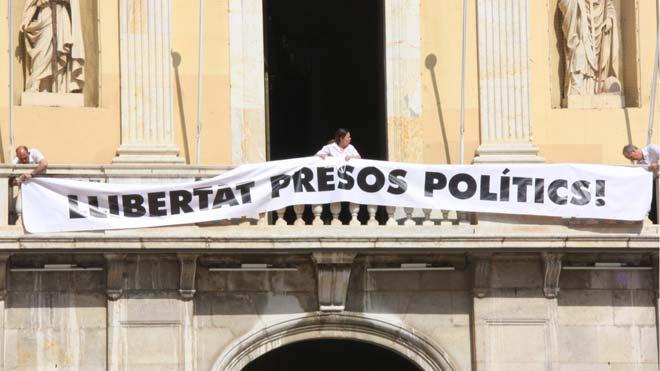 Al balcó de l'Ajuntament de Tarragona ja llueix la pancarta de recolzament als presos independentistes