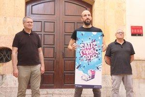 Presentación del cartel de las fiestas de Sant Magí de este año, con el creadorDani Pena, flanqueado por el alcalde de Tarragona, Pau Ricomà (izquierda), y el jefe técnico de fiestas de la ciudad, Xavier González.