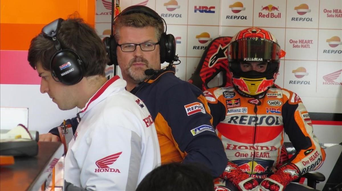 El telemétrico italiano Carlo Luzzi observa la Honda de Marc Márquez, ayer, en Jerez, antes de que el tetracampeón catalán saliese a pista.