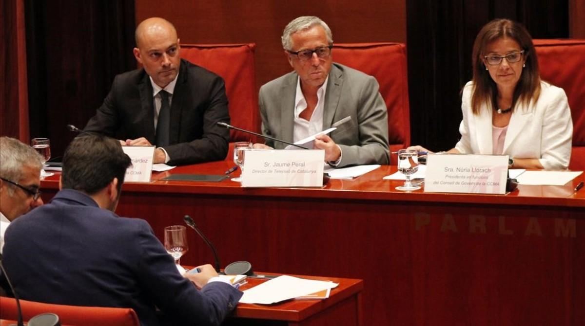El director de Catalunya Ràdio, Saül Gordillo; el director de Televisio de Catalunya, Jaume Peral, y la presidenta en funciones de la CCMA, Núria Llorach, en la comisión de control del Parlament.