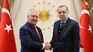Tillerson (izquierda) y Erdogan, en su encuentro en Ankara, el 30 de marzo.