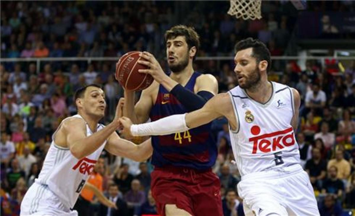 Tomic controla un balón en presencia de Rodríguez
