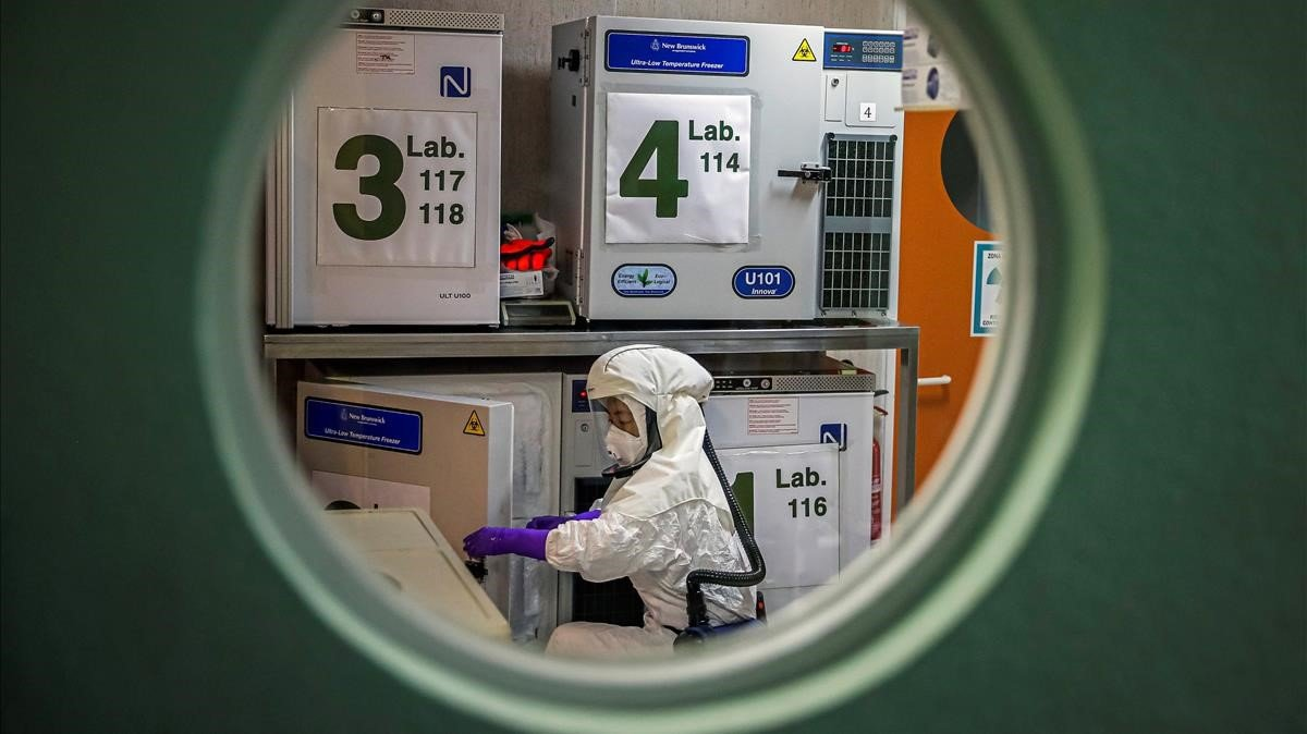 Un trabajador del Centro Nacional de Biotecnología, que trata de conseguir una vacuna del coronavirus.
