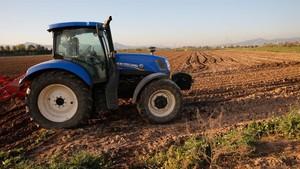 Un tractor, en una finca de El Prat de Llobregat.