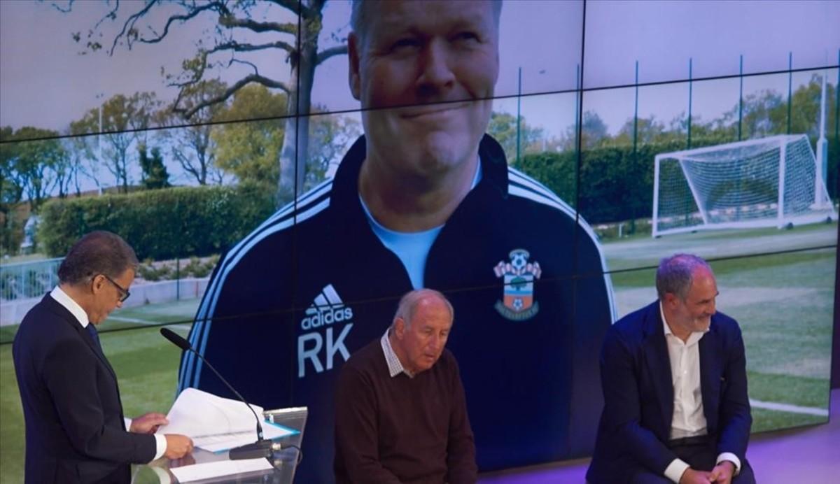 Puyal, con Puyol y Guardiola sentados, y Koeman, en la pantalla, detrás de ellos.