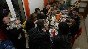 Una cena entre amigos en una casa.