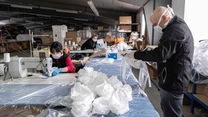 Una empresa de tapizados de Yecla fabrica de forma gratuita mascarillas para donarlas a hospitales, geriátricos y policía.