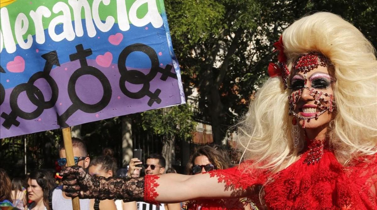 Una manifestante muestra un cartel en el que pide tolerancia durante el desfile del Orgullo Gay en Madrid, este sábado.