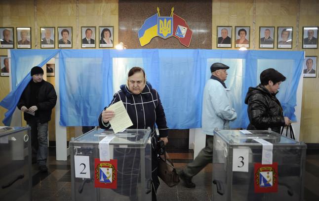 Una mujer deposita su voto en Sebastopol.