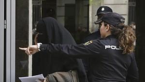 Entrada en la Audiencia Nacional de una mujer detenida por supuestos vínculos con el terrorismo yihadista.
