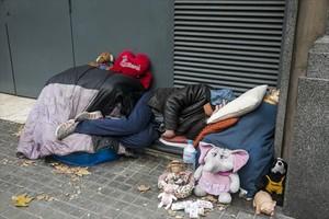 Una persona sin hogar que vive en la calle, en el cruce del paseo de Sant Joan y la avenida Diagonal.