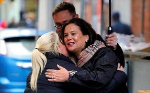 Una seguidora del Sinn Féin felicita a Mary Lou McDonald (derecha) por su victoria en Dublín.