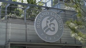 Una vista del logotipo de Roland Garros cerrado por el aplazamiento.