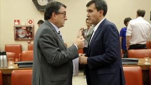 El portavoz del PNV, Aitor Esteban, conversa con el secretario de Estado de Relaciones con las Cortes, José Luis Ayllón.