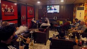 Ciudadanos libaneses ven por televisión la entrevista con Saad Hariri en una cafetería de Beirut.