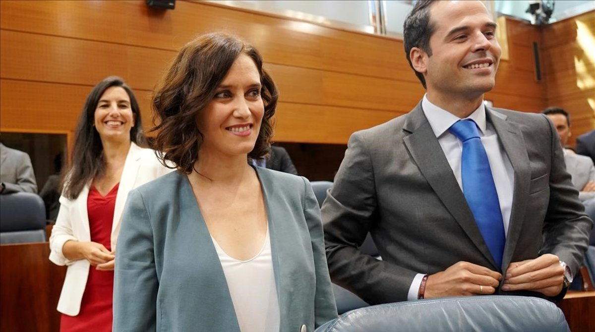 La candidata del PP a la presidencia de la Comunidad de Madrid, Isabel Díaz Ayuso, junto a sus socios:la líder de Vox, Rocío Monasterio, y de Cs, Ignacio Aguado