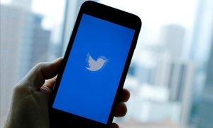 Un usuario accede a Twitter en su móvil.