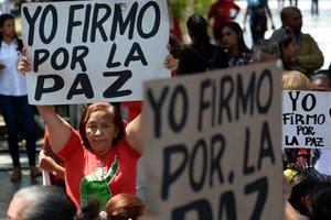 Simpatizantes de Nicolás Maduro apoyan la propuesta de envíar una carta al pueblo de los EEUU pidiendo paz. Foto Federico PARRAAFP