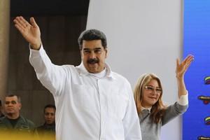 Maduro con su esposaCilia Flores en Caracas.